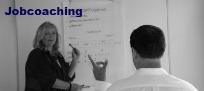 Billede-af-Lene-Damkjaer-ved-en-individuel-jobcoaching-hvor-der-gives-sparring-paa-jobskifte-til-enkelte-medarbejdere-eller-ledere