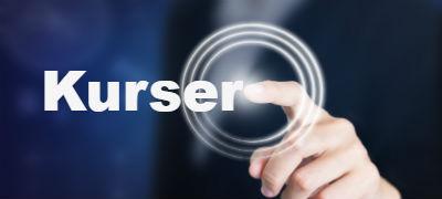 Billede-hvor-en-person-peger-på-en-virtuel-skaerm-og-vaelger-emnet-kurser-der-her-er-kurser-i-forebyggelse-og-haandtering-af-stress-samt-at-skabe-trivsel-gennem-positiv-psykologi-for-virksomheder